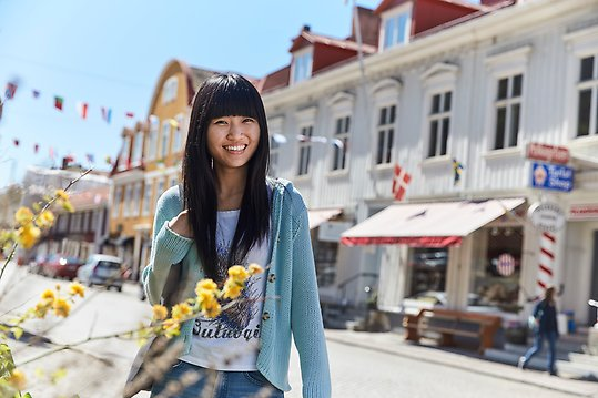 Photo of smiling woman on the main street of Gränna