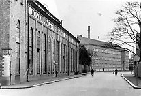 The crossing of Gjuterigatan and Kyrkogatan as it looked in the 1950s. Jönköping International Business School is now situated on the same spot as JMW's office building, seen furthest away in the picture. The foundry building, which now houses the university library, is seen to the left. Photo from Jönköping county museum.